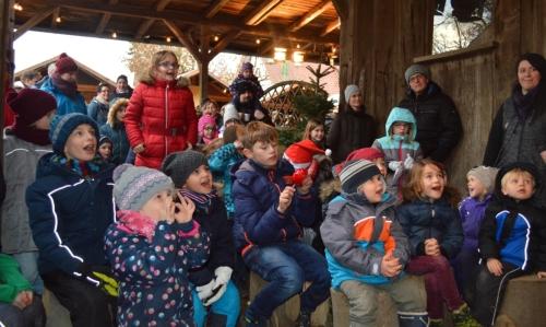 Spannung pur für die Kinder - Kasperletheater auf dem Weihnachtsmarkt der FloraFarm