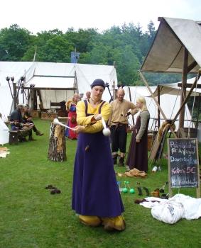 Gaukeleien bei mittelalterlichen Markt auf der FloraFarm