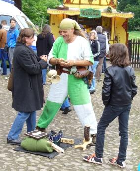 Gaukler auf dem mittelalterlichen Markt der FloraFarm