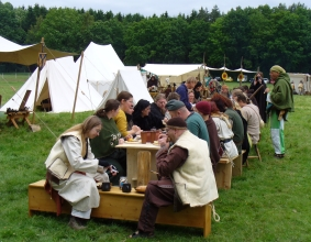 Das mittelalterliche Volk auf der FloraFarm.